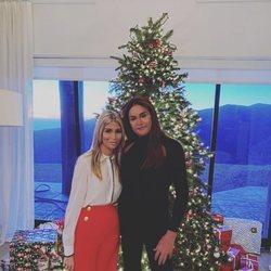 Caitlyn Jenner y Sophia Hutchins posando delante de su árbol de Navidad 2018