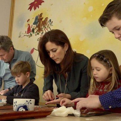 Federico y Mary de Dinamarca junto a sus hijos cocinan galletas de Navidad