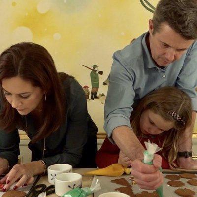 Federico y Mary de Dinamarca ayudan a los Príncipes Vicente y Josefina con sus galletas