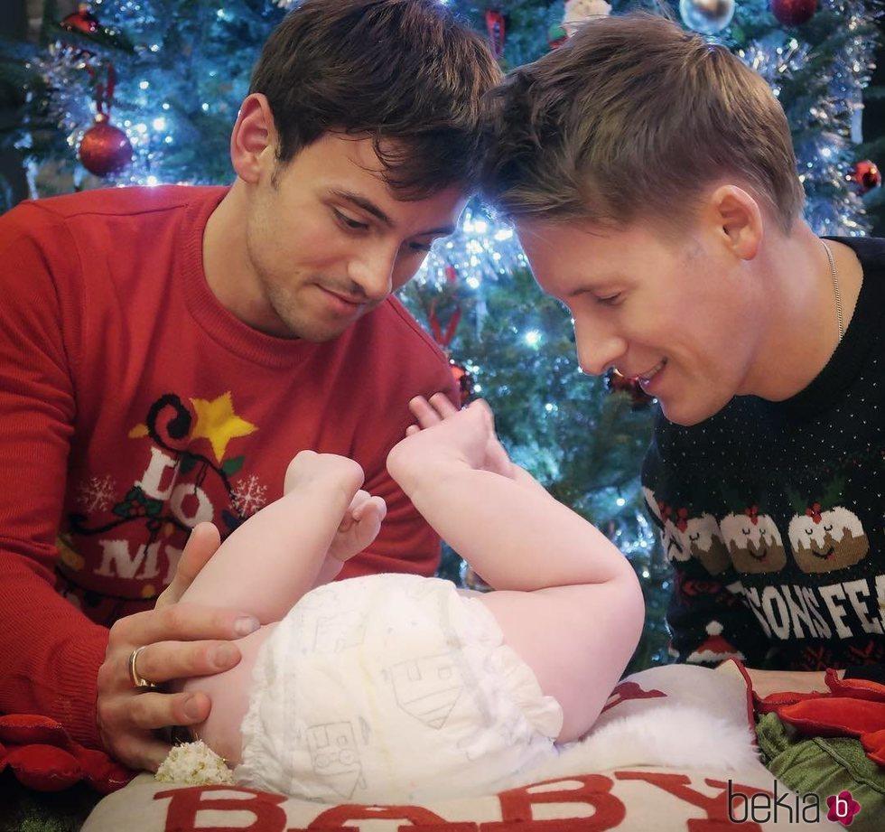 Dustin Lance y Tom Daley con su hijo