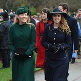La princesa Beatriz de York y Autumn PKelly llegando a la Misa de Navidad 2018