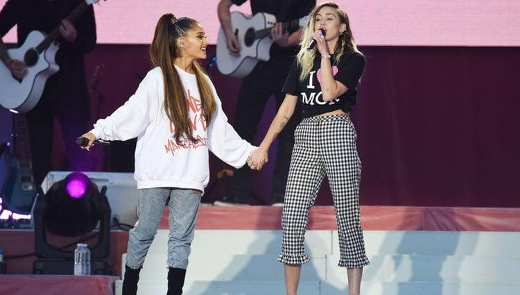 Miley Cyrus y Ariana Grande en el concierto One Love Manchester