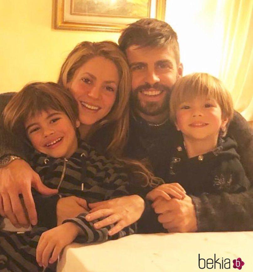 Shakira y Piqué con sus hijos en navidad