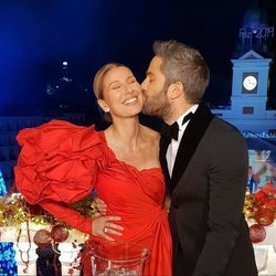 Roberto Leal besa en la mejilla a Anne Igartiburu durante las Campanadas 2018