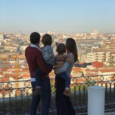 Iker Casillas y Sara Carbonero contemplando Oporto con sus hijos