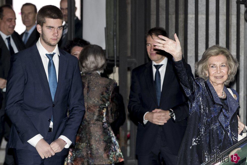 La Reina Sofía con Juan Urdangarin saliendo del Teatro Real