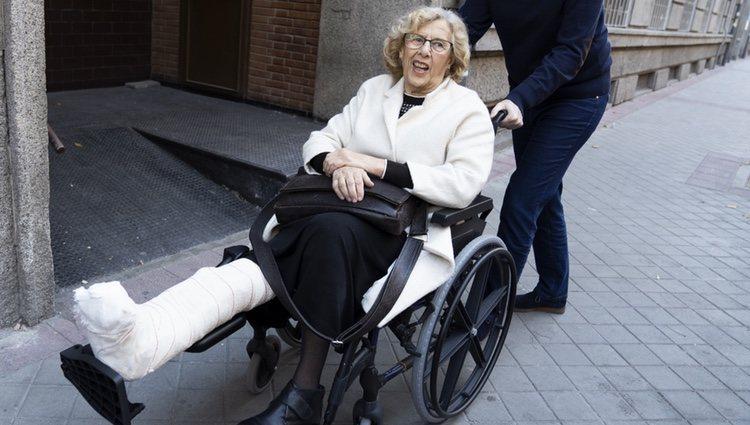 Manuela Carmena a la salida del hospital