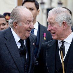 El Rey Juan Carlos y el Príncipe Carlos muy sonrientes en el funeral del Rey Miguel de Rumanía