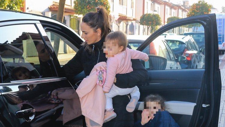 Irene Rosales con sus hijas Ana y Carlota llegando a casa tras pasar Nochevieja en Cantora