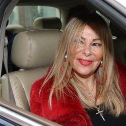 Ana Obregón montándose en un coche