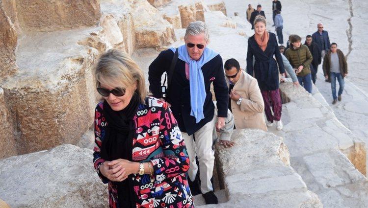 Los Reyes Felipe y Matilde de Bélgica visitando unas ruinas egipcias