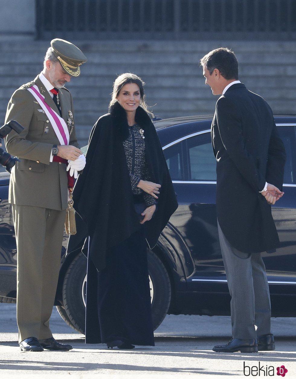 Los Reyes Felipe y Letizia recibidos por Pedro Sánchez a su llegada a la Plaza de la Armería
