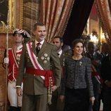 Los Reyes Felipe y Letizia entrando en la Sala Gasparini para saludar a los invitados en la Pascua Militar 2019