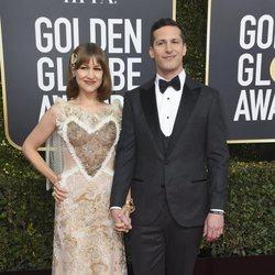 Andy Samberg y su esposa Joanna Newsom en la alfombra roja de los Globos de Oro 2019