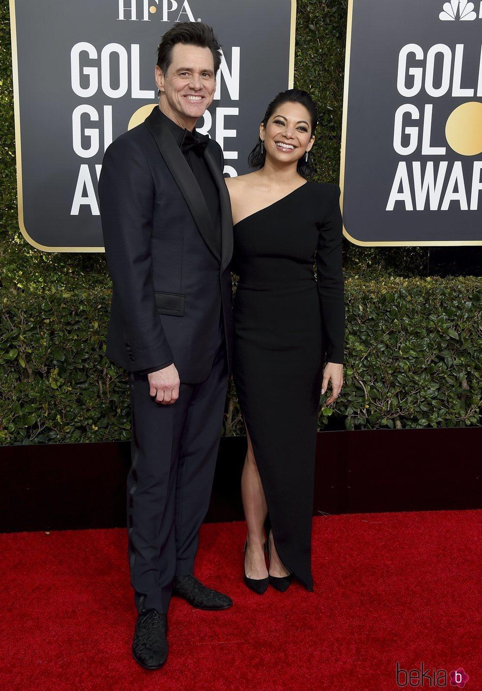 Jim Carrey y Ginger Gonzaga en la alfombra roja de los Globos de Oro 2019