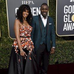 Idris Elba y Sabrina Dhowre en la alfombra roja de los Globos de Oro 2019