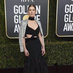 Rosamund Pike en la alfombra roja de los Globos de Oro 2019