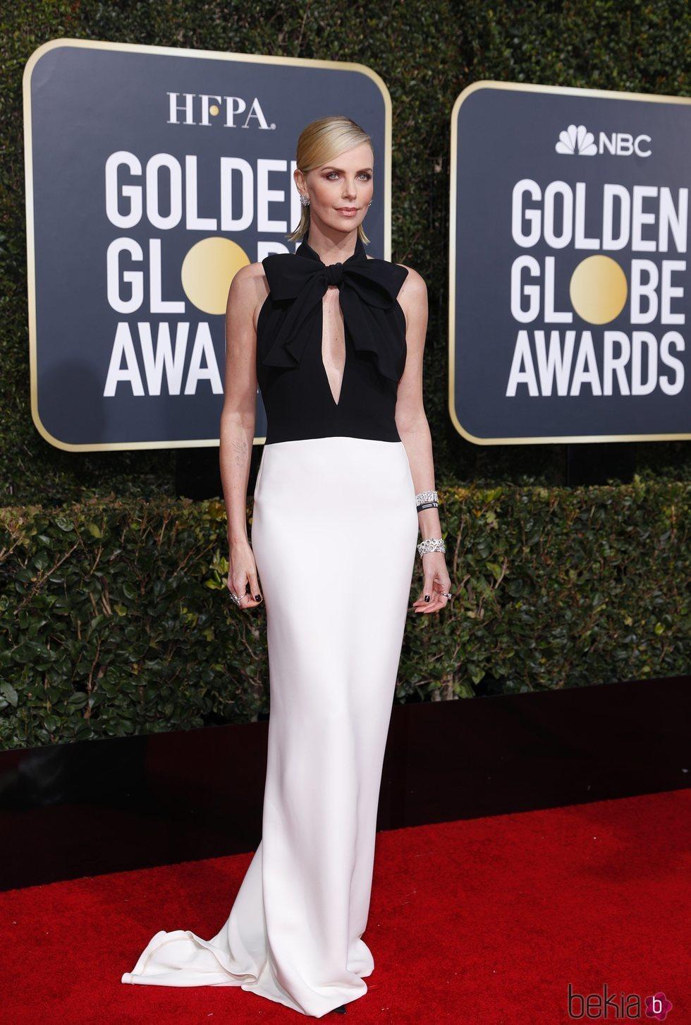 Charlize Theron en la alfombra roja de los Globos de Oro 2019