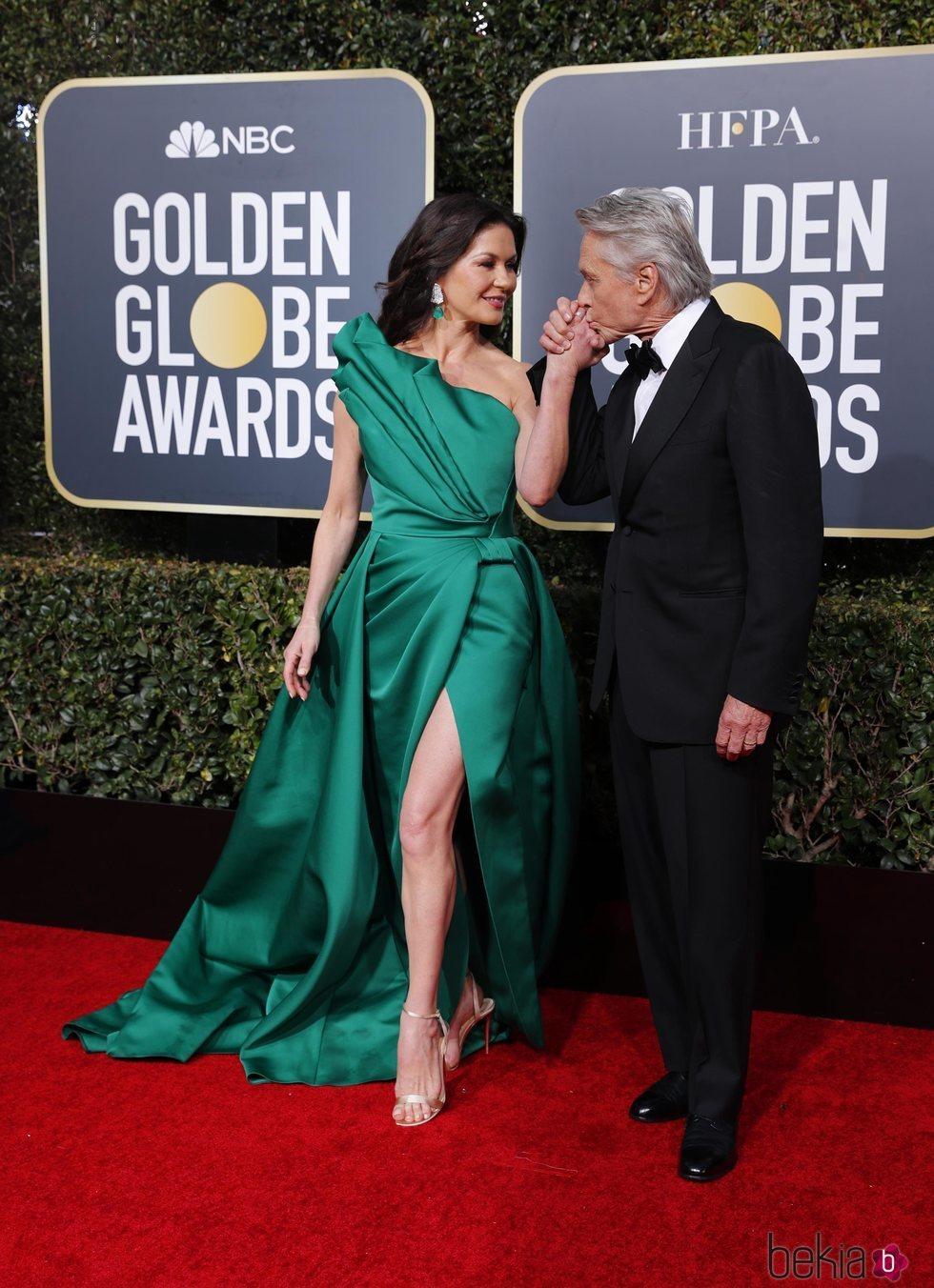 Catherine Zeta Jones y Michael Douglas en la alfombra roja de los Globos de Oro 2019