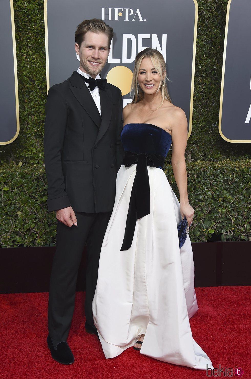 Kaley Cuoco y Karl Cook en la alfombra roja de los Globos de Oro 2019