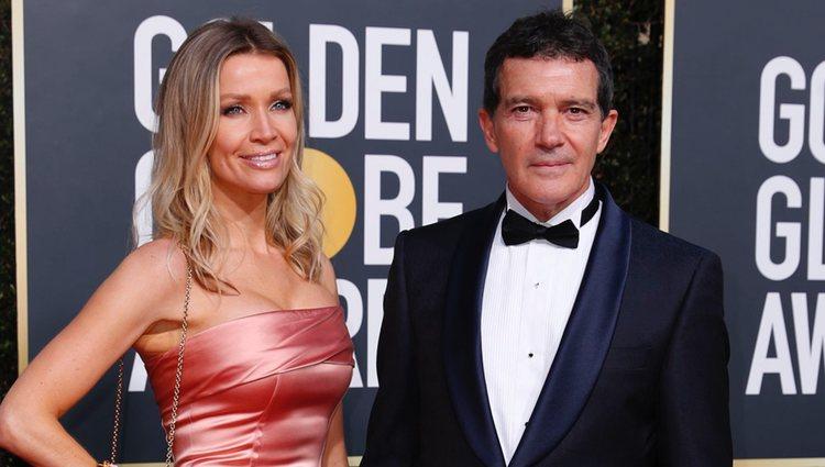 Nicole Kimpel y Antonio Banderas en la alfombra roja de los Globos de Oro 2019
