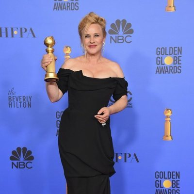 Patricia Arquette con su premio en los Globos de Oro 2019