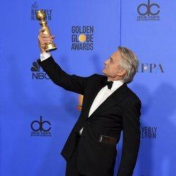 Michael Douglas con su premio en los Globos de Oro 2019
