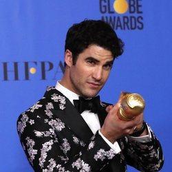 Darren Criss con su premio en los Globos de Oro 2019