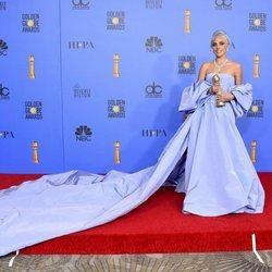 Lady Gaga con su premio en los Globos de Oro 2019