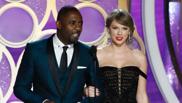 Idris Elba y Taylor Swift durante la gala de los Premios Globos de Oro 2019