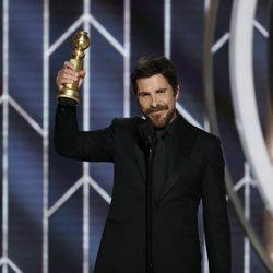 Christian Bale recogiendo su galardón en los Globos de Oro 2019