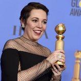Olivia Colman con su premio en los Globos de Oro 2019