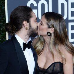 Heidi Klum y Tom Kaulitz besándose en la alfombra roja de los Globos de Oro 2019