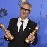 Alfonso Cuarón con sus dos premios en los Globos de Oro 2019