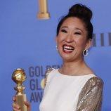 Sandra Oh con su premio en los Globos de Oro 2019