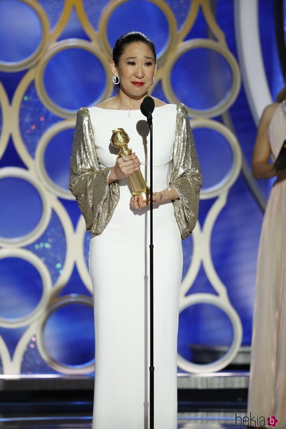 Sandra Oh recogiendo su premio en los Globos de Oro 2019
