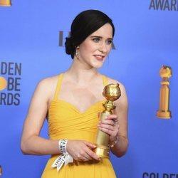 Rachel Brosnahan con su premio en los Globos de Oro 2019