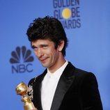 Ben Whishaw con su premio en los Globos de Oro 2019