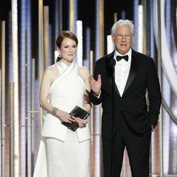 Richard Gere y Julianne Moore presentando un galardón de los Globos de Oro 2019