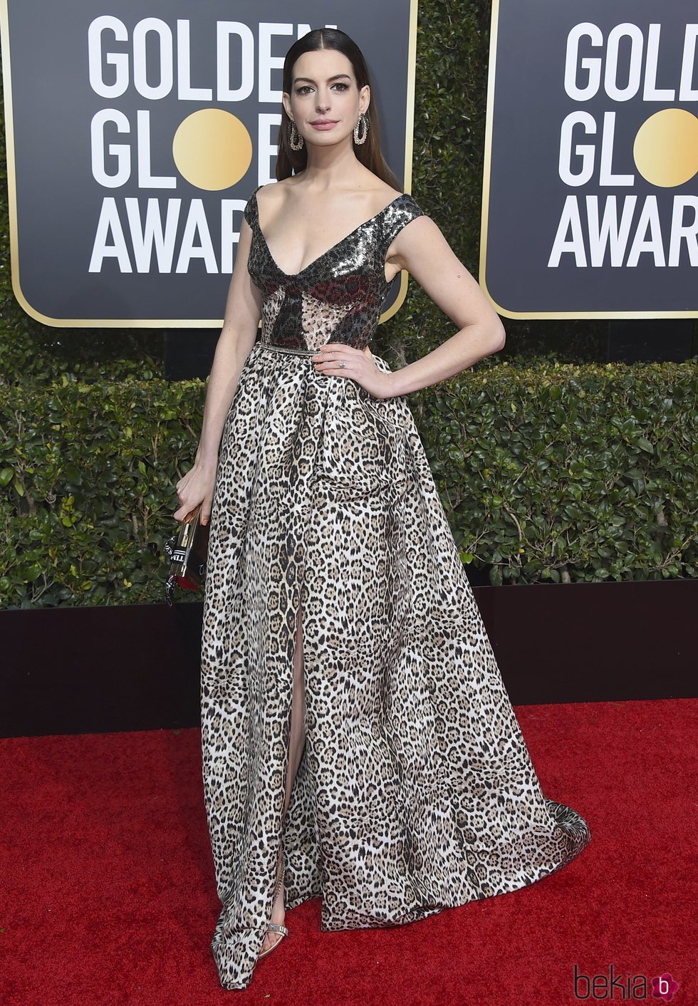 Anne Hathaway en la alfombra roja de los Globos de Oro 2019