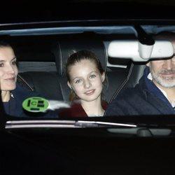 Los Reyes junto a la Princesa Leonor acudiendo a tomar el roscón a casa de Jesús Ortiz