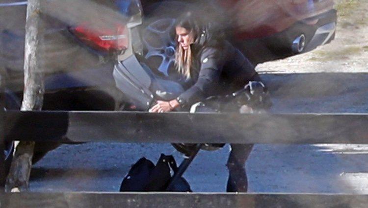 Laura Matamoros colocando el carro de su hijo