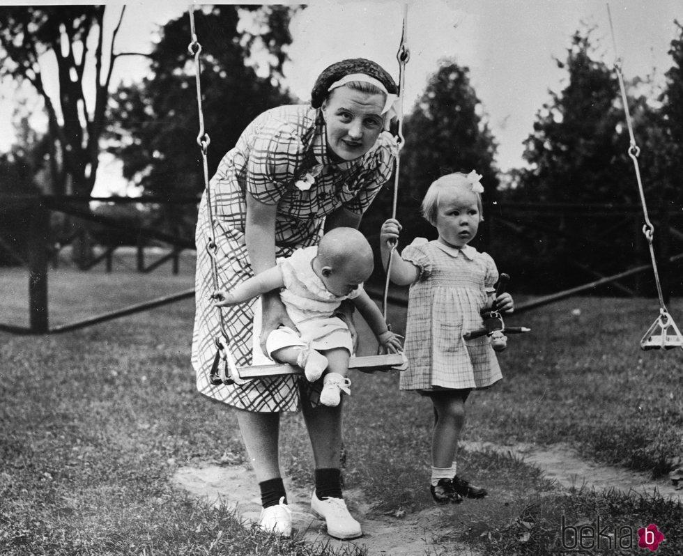 La Reina Juliana de Holanda jugando con las princesas Beatriz e Irene