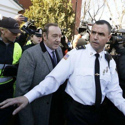 Kevin Spacey saliendo del juicio por agresión sexual