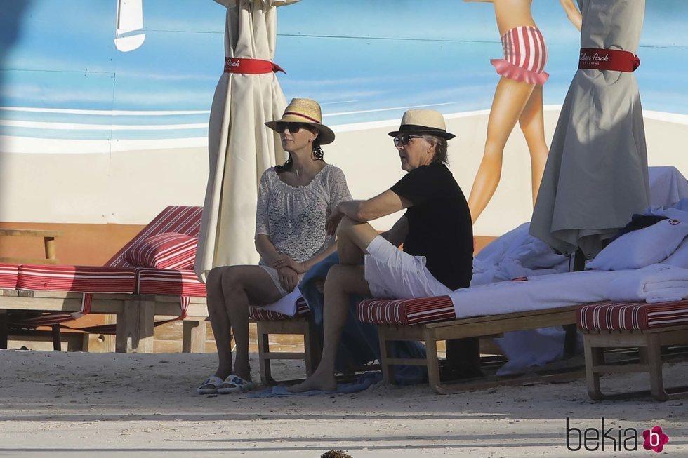 Paul McCartney y Nancy Shevell en la playa de St. Barts