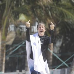 Paul McCartney haciendo la peineta a los fotógrafos