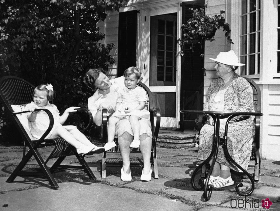 La Reina Guillermina de Holanda junto a su hija la Princesa Juliana y sus nietas Irene y Beatriz