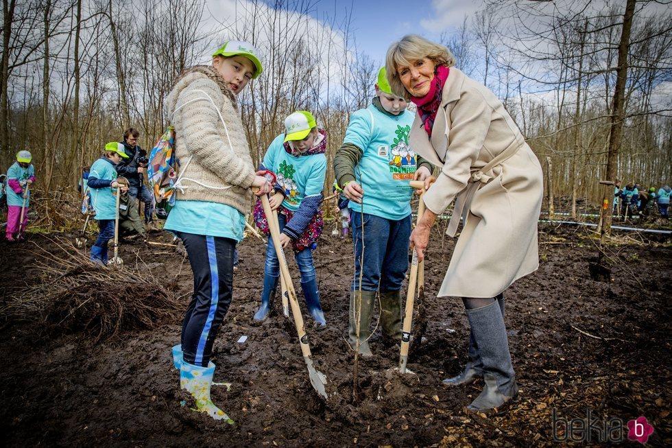 Irene de Holanda plantando un árbol durante un acto público