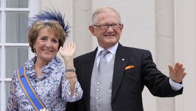 Margarita de Holanda y Pieter van Vollenhoven saludando en el Palacio Real de Ámsterdam
