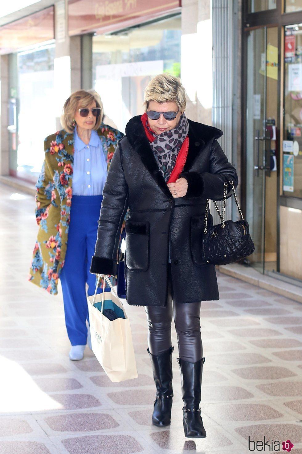 Terelu Campos sale de una revisión con su madre para ir de tiendas